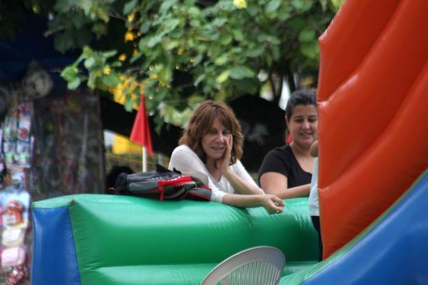 Renata Sorrah e a filha Mariana assistem o neto brincar no pula-pula (Foto: JC Pereira / FotoRioNews)