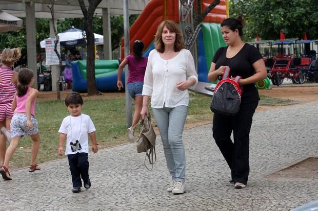 Renata Sorrah com a filha Mariana e o neto Miguel (Foto: JC Pereira / FotoRioNews)