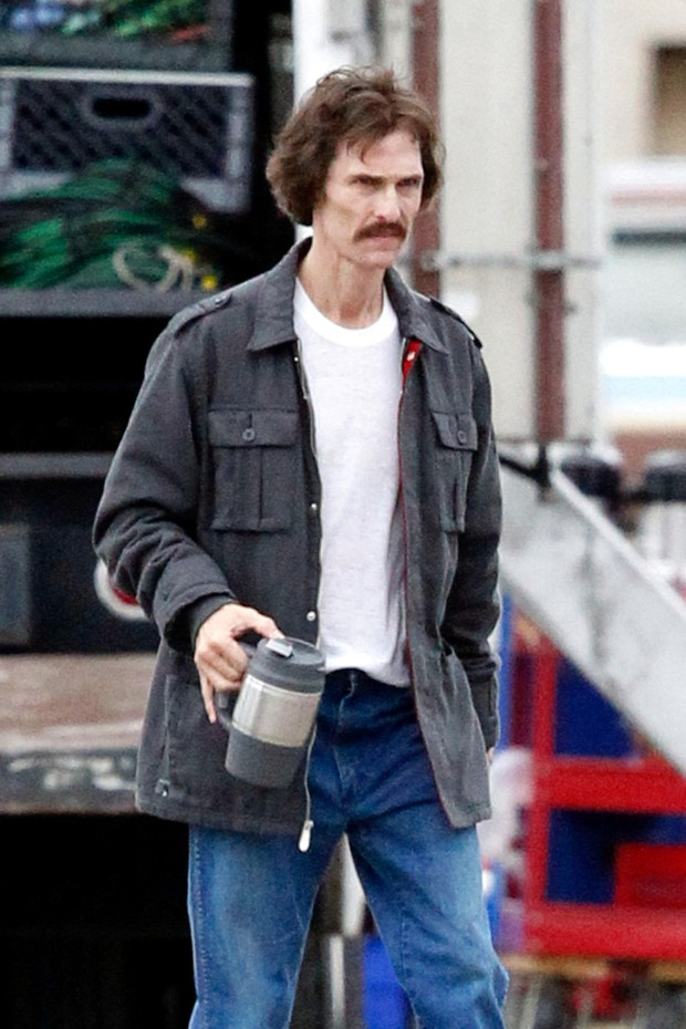 Matthew McConaughey  visto bebendo um caf no set de seu prximo filme (Foto: PacificCoastNews/Honopix	)
