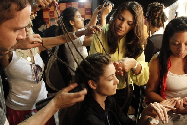 Backstage Auslander no Fashion Rio (Foto: Isac Luz/EGO)