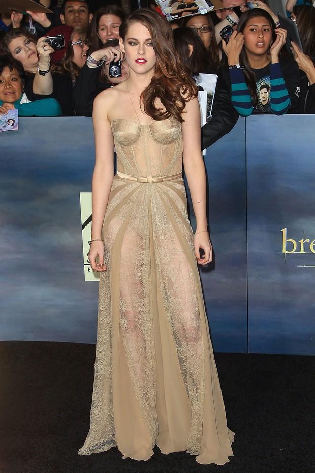 Kristen Stewart ousou com um vestido rendado, todo transparente (Foto: Getty Images)