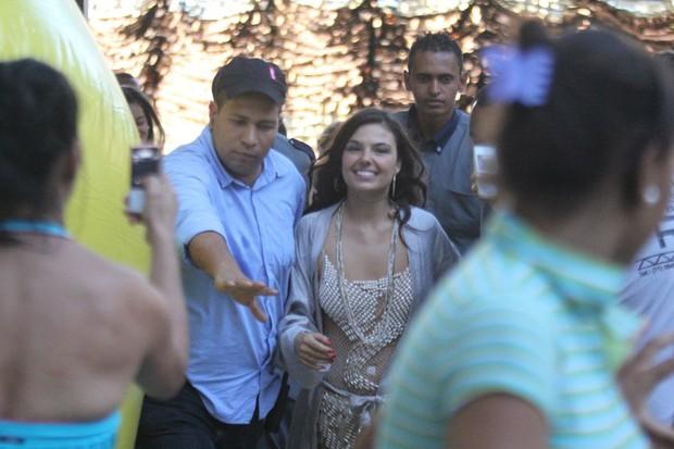 Isis Valverde tira foto com fãs em Salvador, na Bahia (Foto: Rodrigo dos Anjos/ Ag. News)