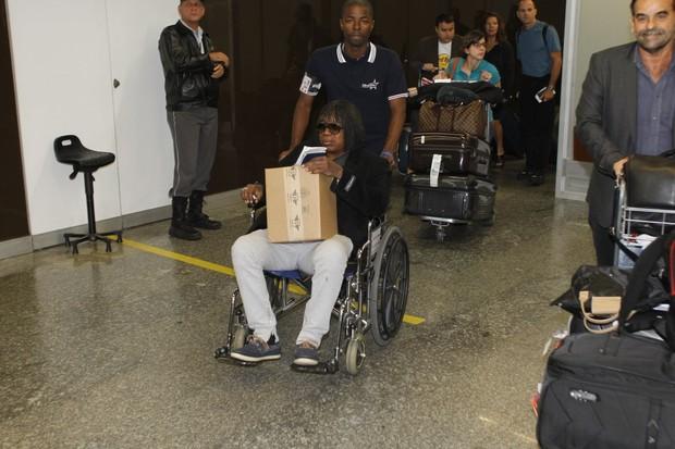 Milton Nascimento no aeroporto (Foto:  Delson Silva / AgNews)