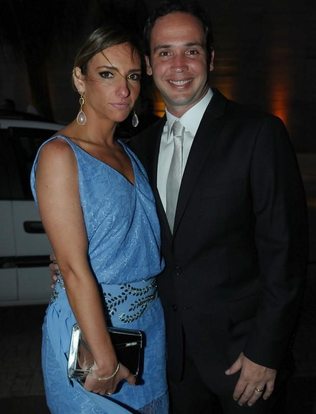 Caio Ribeiro e a esposa no casamento de Tiago Leifert (Foto: Francisco Cepeda/ Ag. News)