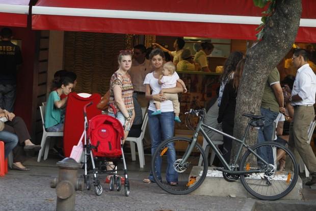 Carolinie Figueiredo com a filha, Bruna Luz, e Sophie Charlotte (Foto: Delson Silva / AgNews)