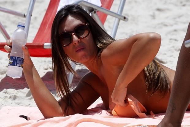 Nicole Bahls na praia (Foto: Marcos Ferreira / PhotoRioNews)