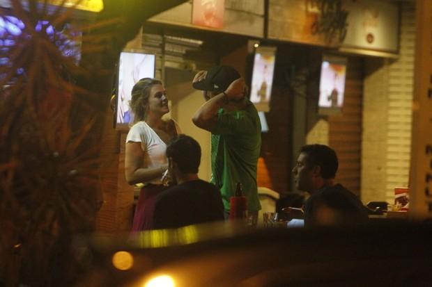 Caio Castro e Lívia Lemos em bar na Zona Oeste do Rio (Foto: Delson Silva/ Ag. News)