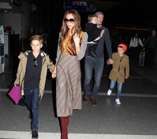 Victoria Beckham com o marido, David Beckham, e os filhos Romeo, Cruz e Harper no aeroporto de Los Angeles, nos EUA (Foto: X17/ Agência)