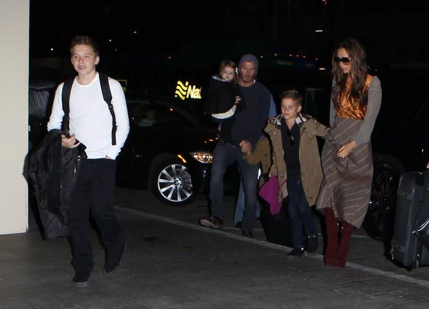 Victoria Beckham com o marido, David Beckham, e os filhos Brooklyn, Romeo e Harper no aeroporto de Los Angeles, nos EUA  (Foto: X17/ Agência)