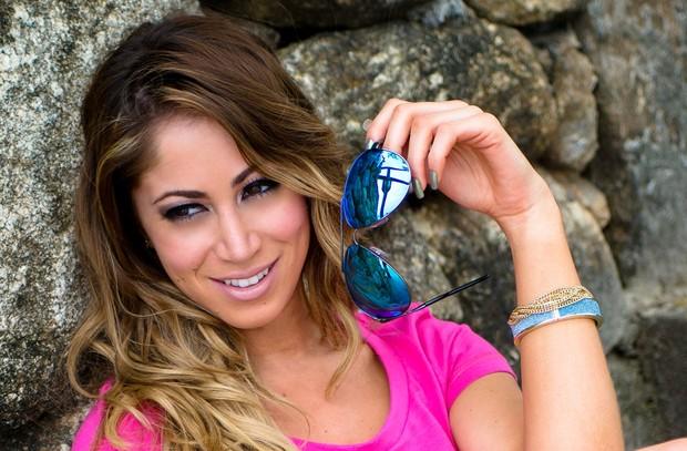 Carol Narizinho fotografa para marca de óculos (Foto: Nelson Miranda / Divulgação)