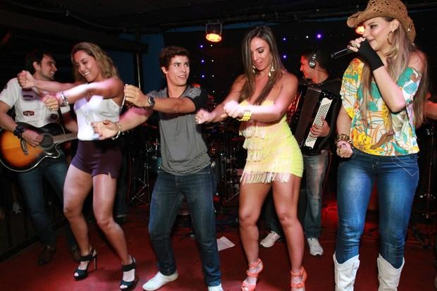 Ex-BBB Lia Khey e Nicole Bahls dançam em boate no Rio (Foto: Marco Macedo/ Divulgação)