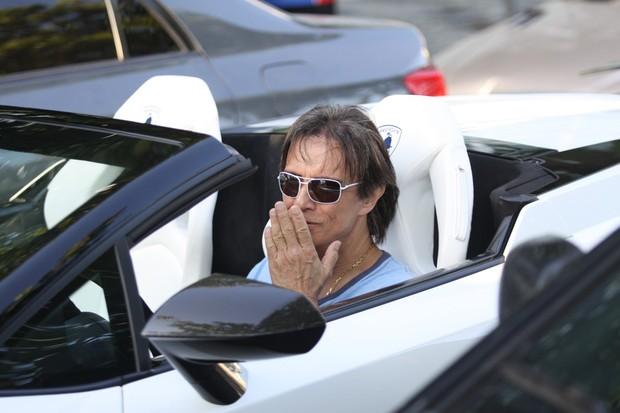 Roberto Carlos passeia de carrão no Leblon (Foto: Wallace Barbosa / AgNews)