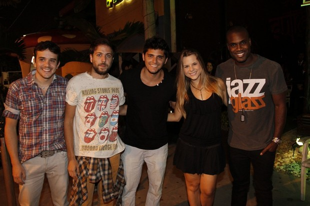 Bruno Gissoni com o elenco da peça 'Romeu na roda' em festa no Rio (Foto: Isac Luz/ EGO)