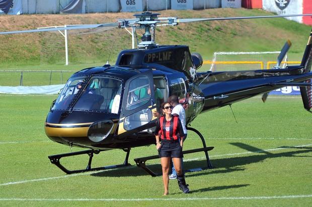 Ivete chega de helicóptero para o jogo do Vitória (Foto: Agência Haack)