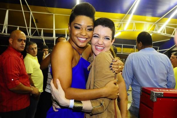 Juliana Alves recebe o abraço de Larissa (Foto: Roberto Teixeira)
