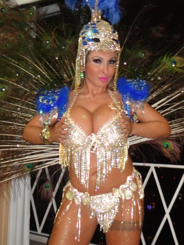 Sabrina Boing começa a montar fantasia (Foto: AG Famosos / Divulgação)