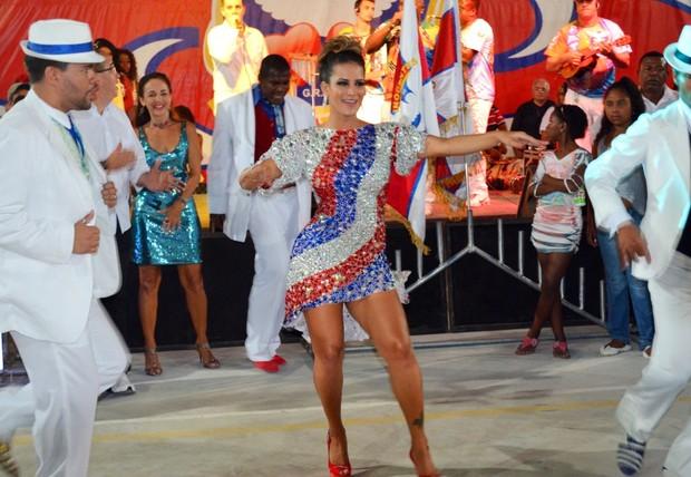 Lucilene Caetano é coroada rainha de bateria da Inocentes de Belford Roxo, no Rio (Foto: Divulgação)
