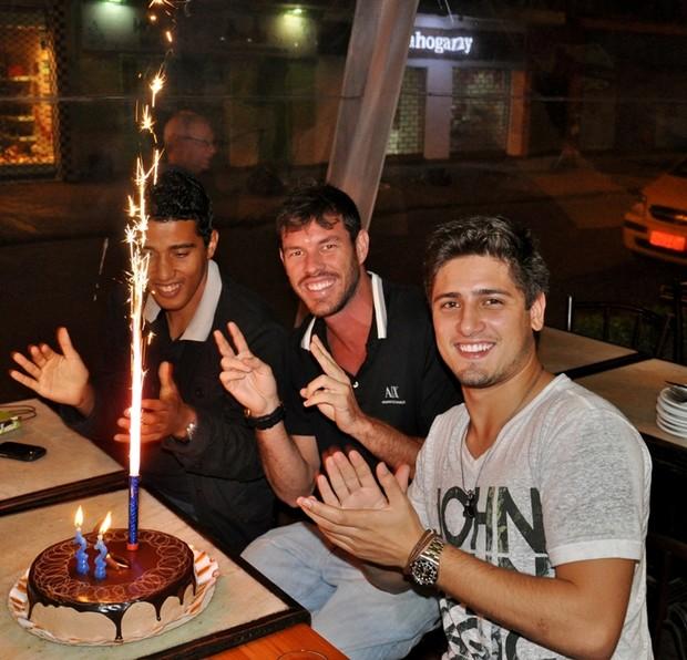 Daniel Rocha comemora aniversário com amigos em restaurante na Zona Sul do Rio (Foto: João Pedro Durão/ Divulgação)
