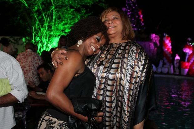 Adriana Bombom e Alcione no aniversário da cantora no Rio (Foto: Anderson Borde/ Ag. News)