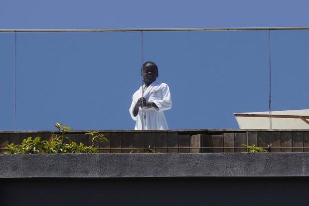 David Banda, filho de Madonna na sacada do hotel (Foto: Delson Silva / AgNews)