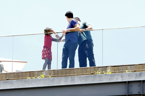Filho de Madonna aparece na sacada do hotel  (Foto: Gil Rodrigues e Marcello Sá Barretto / Foto Rio News)