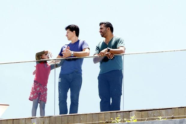 Filhos  de Madonna aparecem na sacada do hotel  (Foto: Gil Rodrigues e Marcello Sá Barretto / Foto Rio News)