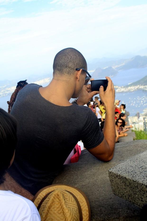 Namorado de Madonna, Brahim Zaibat, tira fotos (Foto: Roberto Cristiano/Ag News)