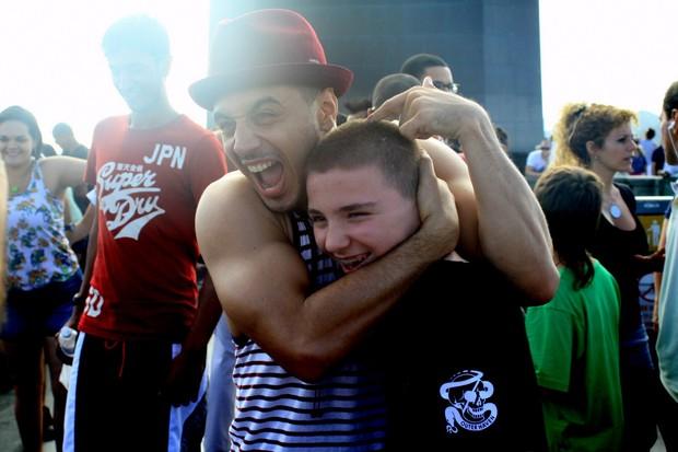 Rocco, filho de Madonna, é abraçado por amigo (Foto: Roberto Cristiano/Ag News)