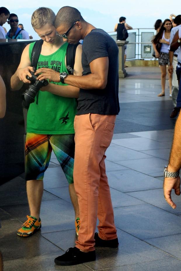Namorado de Madonna, Brahim Zaibat, confere fotos tiradas por fotógrafo (Foto: Roberto Cristiano/Ag News)