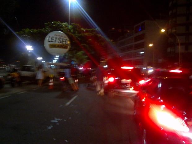 Comitiva de Madonna é parada em blitz da LEi Seca em Ipanema, Zona Sul do Rio (Foto: EGO)
