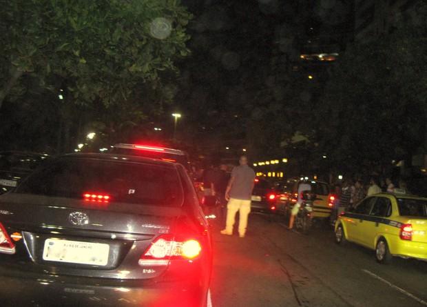 Segurança de Madonna saiu do carro para avisar aos agentes da Lei Seca que se tratava da comitiva da cantora (Foto: Léo Martinez/ EGO)