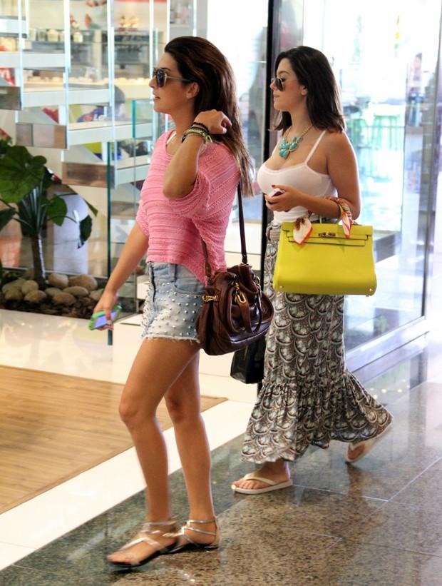 Fernanda Paes Leme, Juliana Knust e Giovanna Lancellotti almoçam juntas em shopping no RJ (Foto: Marcos Pavão / Agnews)