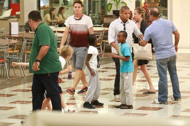 Filhos de Madonna e Luciano Huck em shopping do Rio de Janeiro, RJ (Foto: Clayton Militão / Foto Rio News)