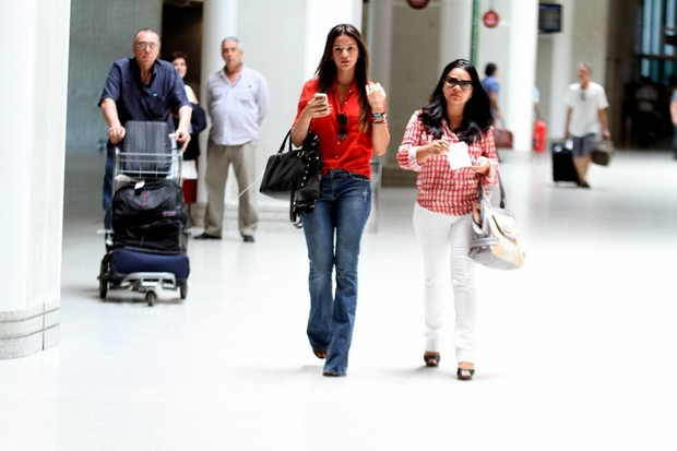 Bruna Marquezine no aeroporto (Foto: Henrique Oliveira / FotoRioNews)