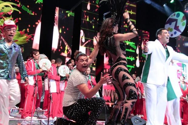 David Brazil observa Carla Prata em gravação de clipe de carnaval no Rio (Foto: Isac Luz/ EGO)