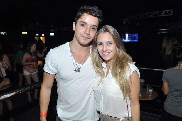 Carla Diaz com amigo em casa de espetáculos no Rio (Foto: Bruno Henrique/ Divulgação)