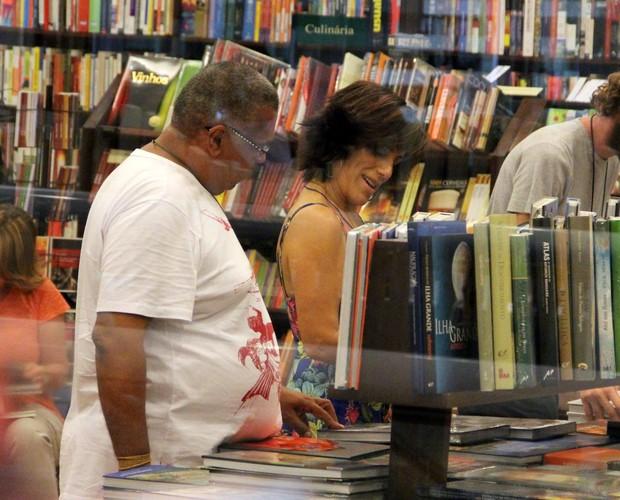 Glória Pires faz compras em shopping do Rio (Foto: Marcus Pavão / AgNews)