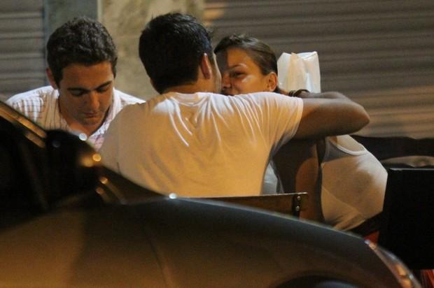 Milena Toscano beija o namorado durante jantar no Rio (Foto: Rodrigo dos Anjos/AgNews)