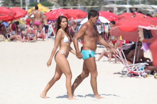 Carolina Portaluppi em dia de praia com o pai, no Rio (Foto: Rodrigo dos Anjos/AgNews)