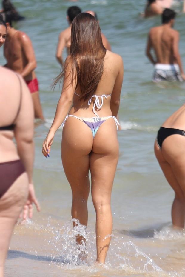 Carolina Portaluppi em dia de praia no Rio (Foto: Rodrigo dos Anjos/AgNews)