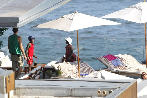 Filhos e namorado de Madonna curtem piscina no hotel (Foto: André Freitas / AgNews)