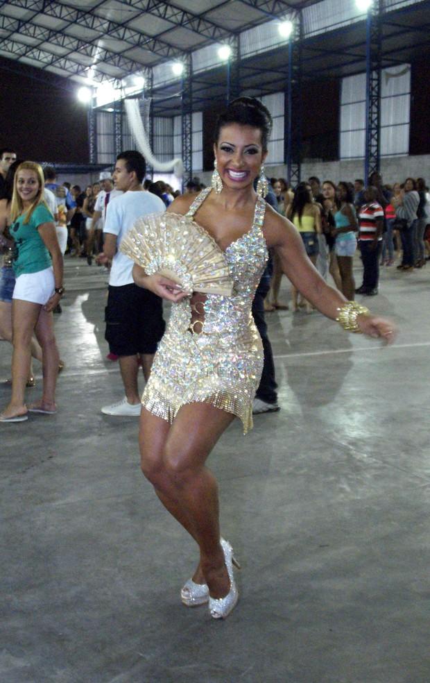 Cinthia Santos recebe o título de madrinha da Águias de Ouro (Foto: Paduardo/AgNews)