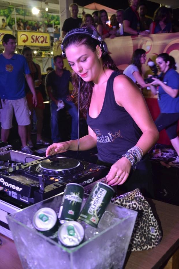 Isis Valverde banca a DJ em folia em Natal (Foto: Fred Pontes/Divulgação)