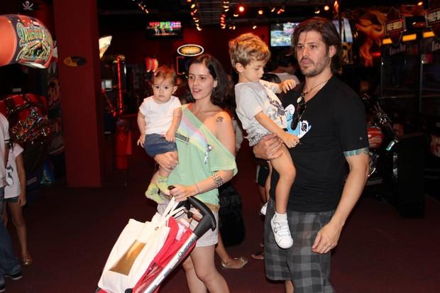 Dado Dolabella com o filho João Valentim, com a mulher, Juliana Wolter, e com a filha Ana Flor em shopping no Rio (Foto: Rogério Fidalgo/ Ag. News)