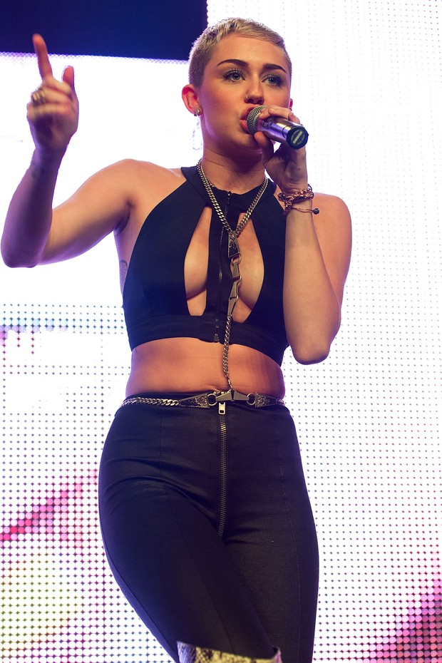 Miley Cyrus com o cabelo mais curto e com decotão em show em Hollywood, na Califórnia (Foto: Agência/ Getty Images)