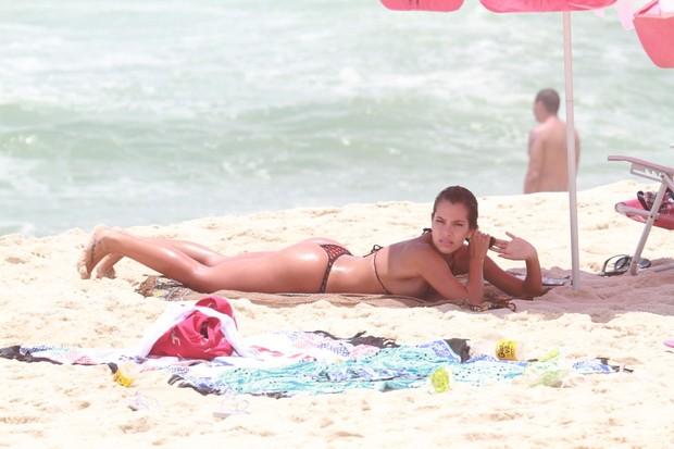 Ex-bbb Adriana na praia do Recreio dos Bandeirantes, RJ (Foto: Dilson Silva / Agnews)