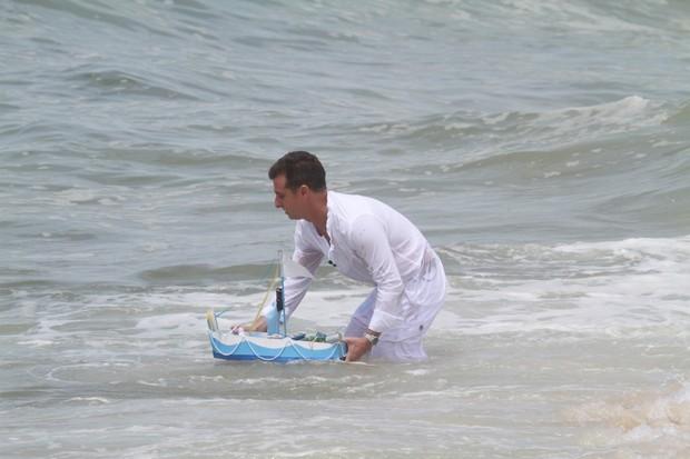 Luciano Huck grava programa de fim de ano na praia da Reserva, no RJ (Foto: Dilson Silva / Agnews)