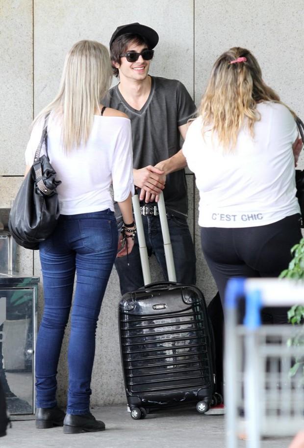 Fiuk conversa com fãs antes de embarcar no aeroporto santos dumont, RJ (Foto: Henrique Oliveira / FotoRioNews)