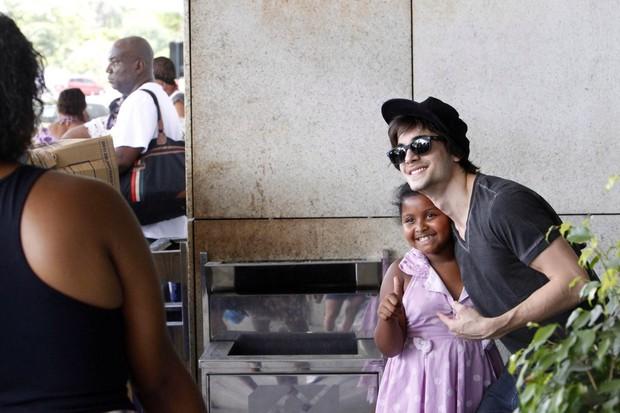 Fiuk conversa com fãs antes de embarcar no aeroporto santos dumont, RJ (Foto: Alice Silva  / AgNews)