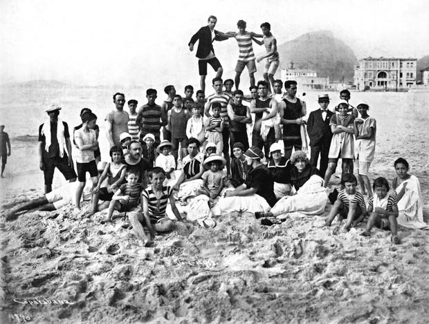 Banhistas na praia Copacabana, 1918 Algusto Malta- Museu da Imagem e do Som (Foto: Divulgação)